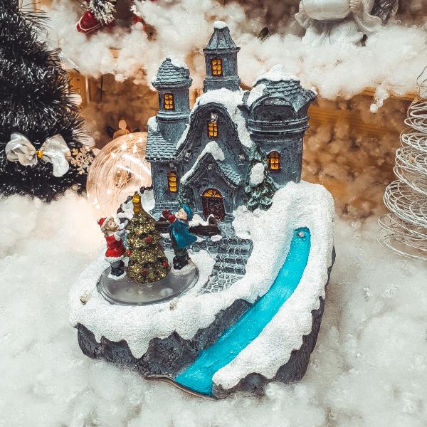 Decoratiune cu led pentru sarbatorile de iarna realizata din rasina – Casuta cu zapada 0