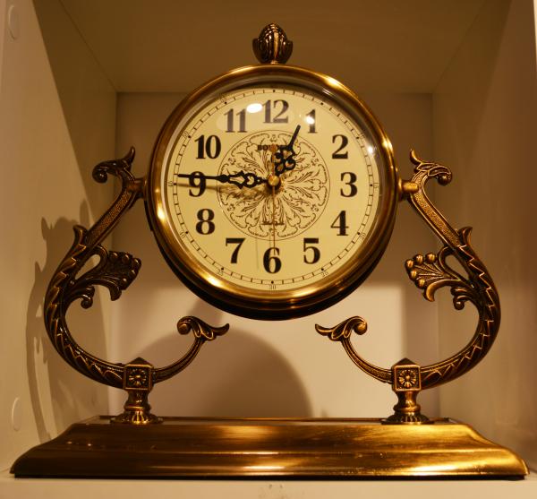 Ceas de masa auriu – Design elegant 0