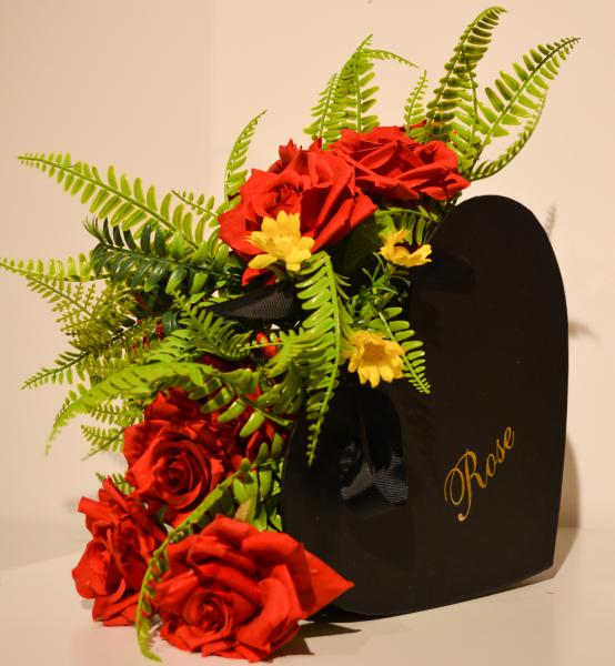 Aranajament floral in cutie forma inima 0