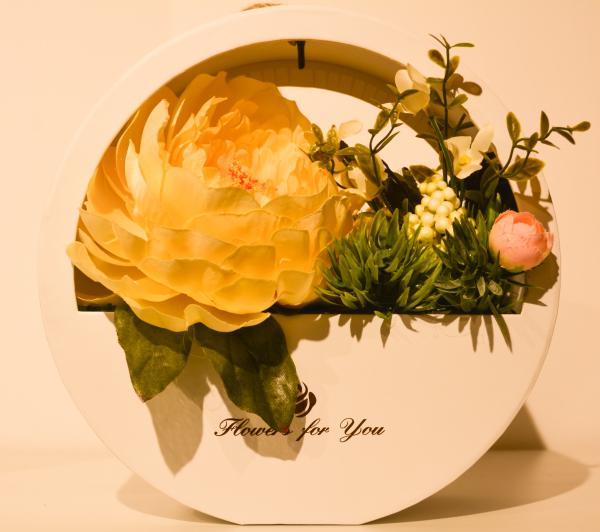 Aranjament floral in cutie rotunda 0