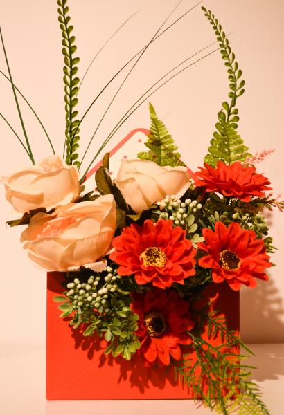 Aranjament floral in cutie tip plic portocaliu 0