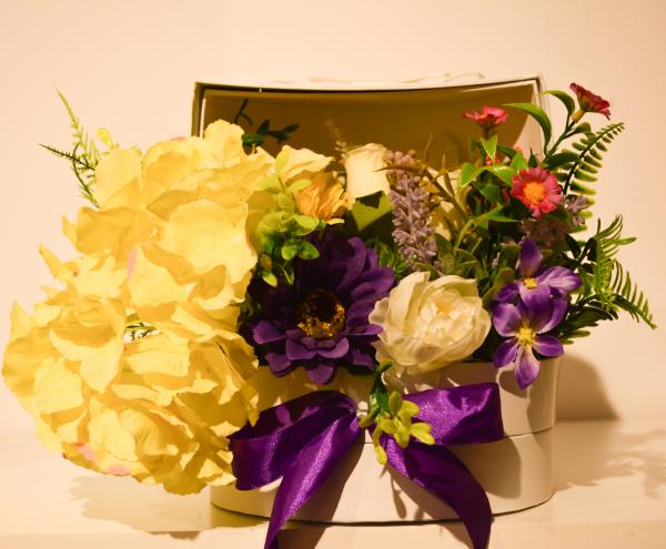 Aranjament floral in cutie alba 0