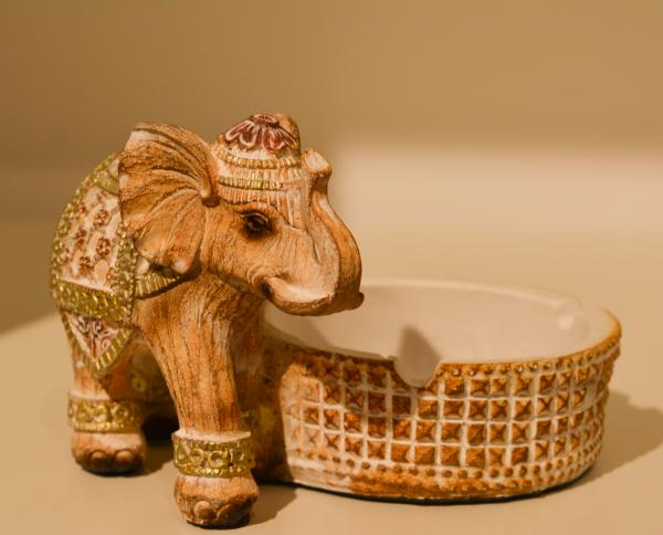 Scrumiera realizata din rasina – Design cu elefant – Bej 0