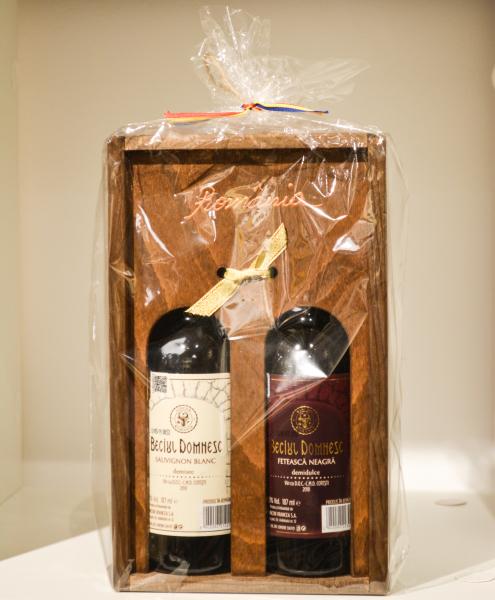 Suport sticla de vin din lemn tip stativ cu doua sticle de vin 0