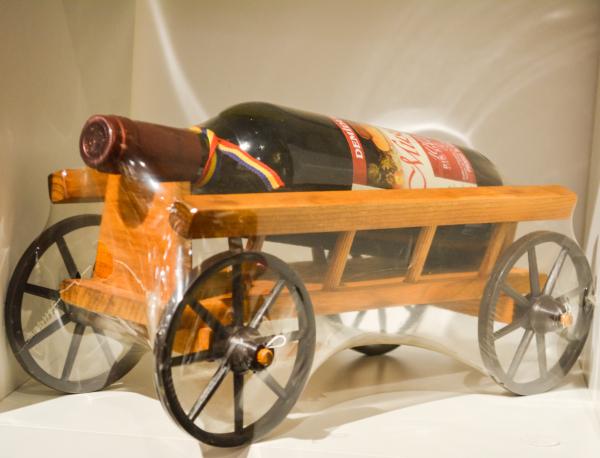Suport lemn cu sticla de vin rosu in forma de caruta 0