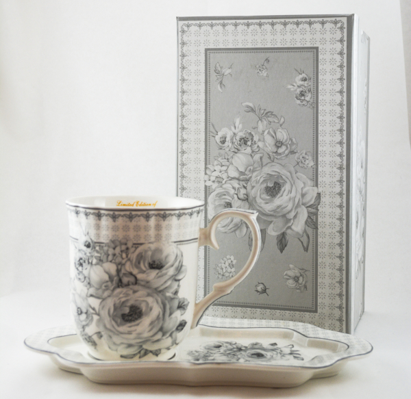 Ceasca cu farfurie realizata din ceramica in cutie cadou – Design cu flori 0