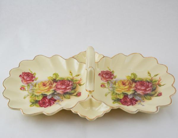 Platou cu maner cu 2 compartimente realizat din ceramica cu marginile poleite – Design Trandafiri (25cm) 0