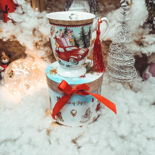 Cana de craciun realizata din ceramica in cutie cadou – Design masina cu cadouri 0