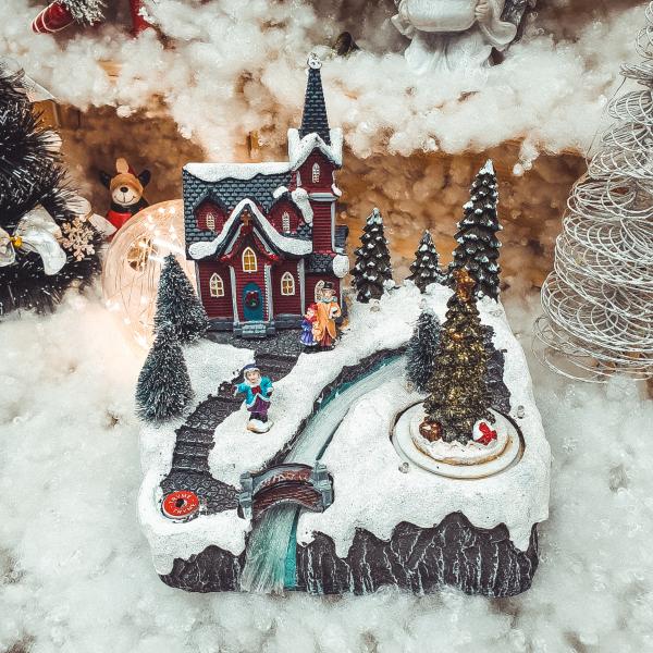 Decoratiune cu led pentru sarbatorile de iarna realizata din rasina – Casuta cu zapada brad si Mos Craciun [0]