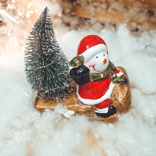 Decoratiune realizata din ceramica pentru Craciun cu lumini led – Om de zapada cu brad pe saniuta 0
