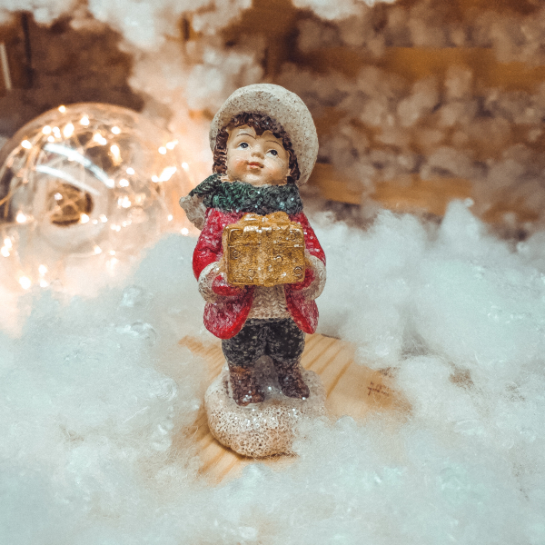 Figurina decorativa pentru Craciun realizata din ceramica – Copil cu cadou 0