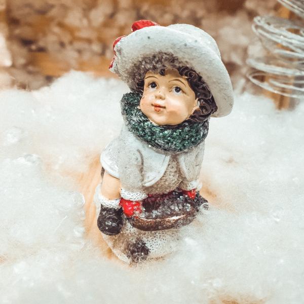 Figurina decorativa pentru Craciun realizata din ceramica – Copil pe sanie 0