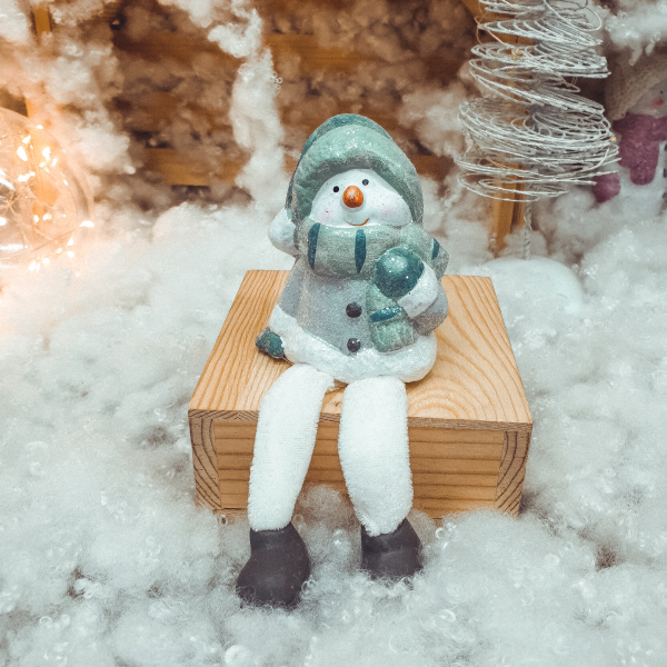 Figurina decorativa realizata din ceramica cu picioare din material textil – Om de zapada 0