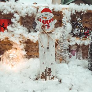 Decoratiune craciun din lemn cu om de zapada