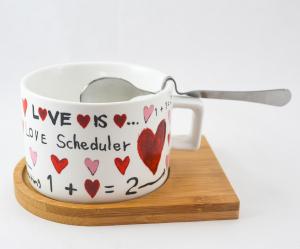 Set ceasca cu lingurita si suport – Design cu inimioare si mesaj