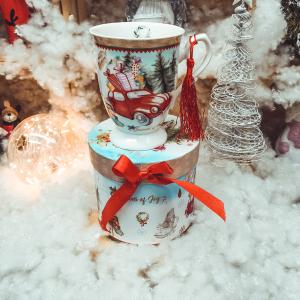 Cana de craciun realizata din ceramica in cutie cadou – Design masina cu cadouri0