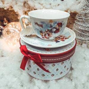 Ceasca cu farfurie de craciun din ceramica in cutie cadou – Design fetita cu Mos Craciun0