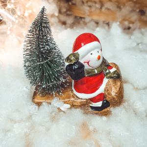 Decoratiune realizata din ceramica pentru Craciun cu lumini led – Om de zapada cu brad pe saniuta0