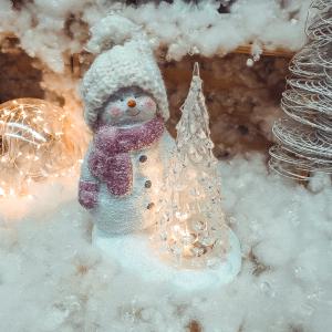 Decoratiune realizata din ceramica. plastic si material textil cu lumina led – Om de zapada cu brad0