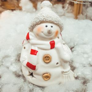 Figurina decorativa cu led realizata din ceramica in forma de om de zapada – Design cu stelute0