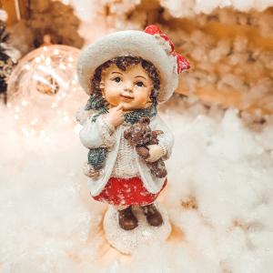 Figurina decorativa pentru Craciun realizata din ceramica – Copil cu ursulet0