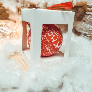 Glob rosu decorativ din plastic in cutie