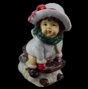 Figurina decorativa pentru Craciun realizata din ceramica – Copil pe sanie1