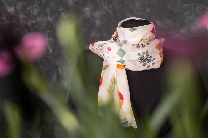 Eșarfă muselină din mătase naturală Minunat by Irina, motiv Flori, 140 x 44 cm 1
