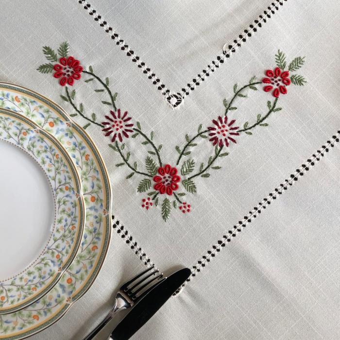 Față de masă - 1.7x1.3 m flori roșii albă 0