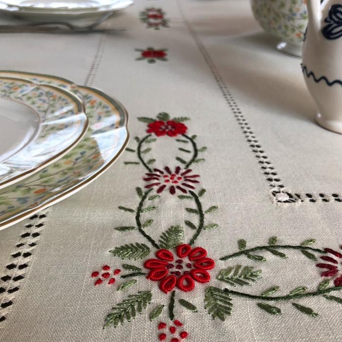 Față de masă - 1.7x1.3 m flori roșii albă 2