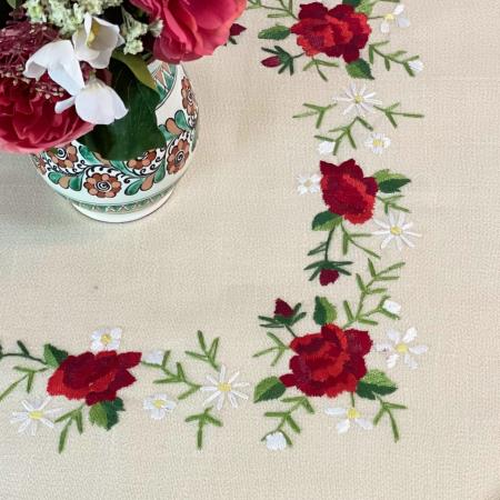 Față de masă rotundă - 1.7 m flori roșii mari4
