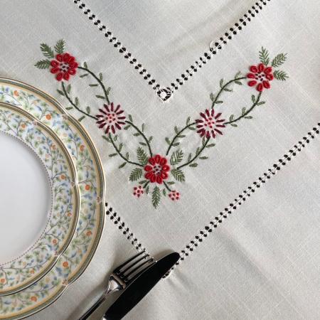 Față de masă - 1.7x1.3 m flori roșii albă0