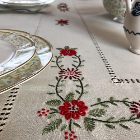 Față de masă - 1.7x1.3 m flori roșii albă2