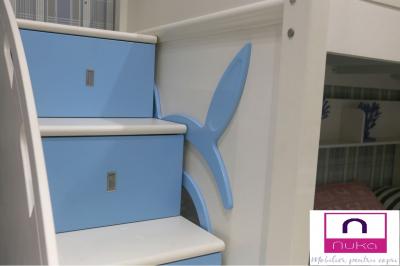 Pat supraetajat Buny Pink din lemn masiv stejar si MDF, cu 3 sertare pentru depozitare,  scară si dulap depozitare 5 sertare pentru dormitor copii cod 910P6