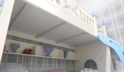 Pat supraetajat Buny Pink din lemn masiv stejar si MDF, cu 3 sertare pentru depozitare,  scară si dulap depozitare 5 sertare pentru dormitor copii cod 910P5
