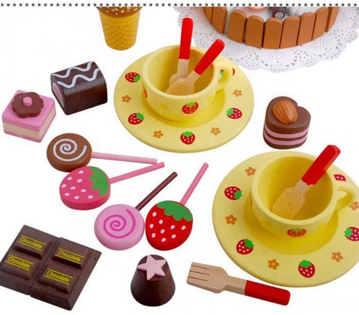 Cutie cu tort aniversar si dulciuri din lemn 1