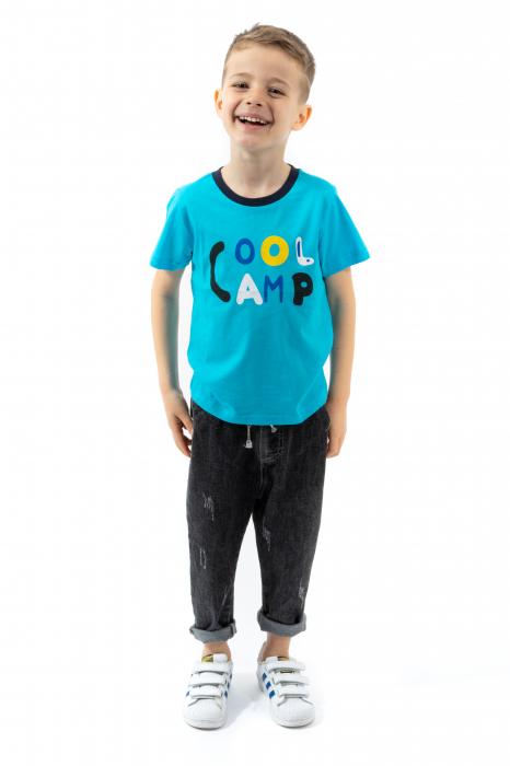 Tricou albastru cu text si guler contrastant 0