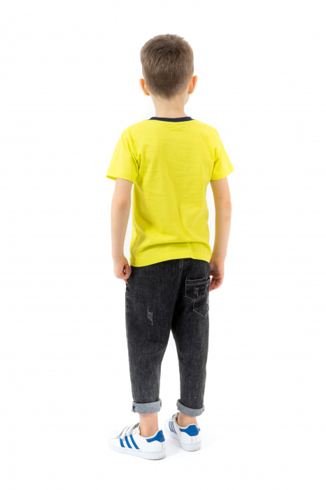 Tricou galben cu text si guler contrastant 2
