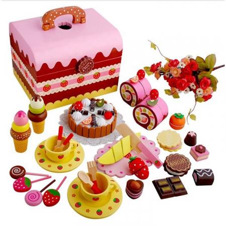 Cutie cu tort aniversar si dulciuri din lemn0