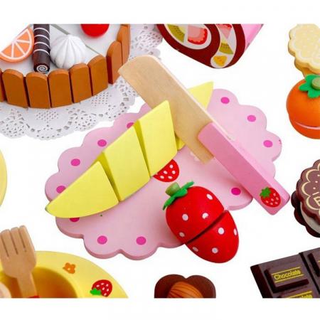 Cutie cu tort aniversar si dulciuri din lemn2