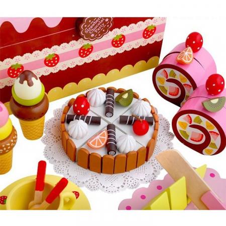 Cutie cu tort aniversar si dulciuri din lemn4