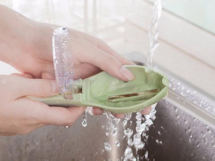 Dispozitiv pentru curatat solzii de peste 3