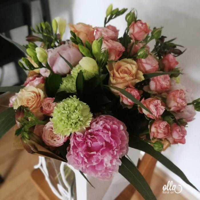 amurg-de-primavara-buchet-de-flori-olla-din-bujori-roz-trandafiri-somon-si-frezii-albe [1]