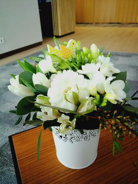 Dimineata cu Recunostinta, aranjament floral pe suport metalic 0