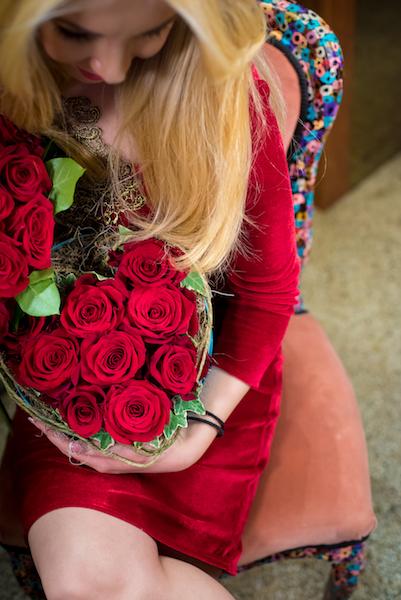 dragoste-pura-cutie-cu-aranjament-floral-din-trandafiri-rosii-premium-in-forma-de-inima [2]