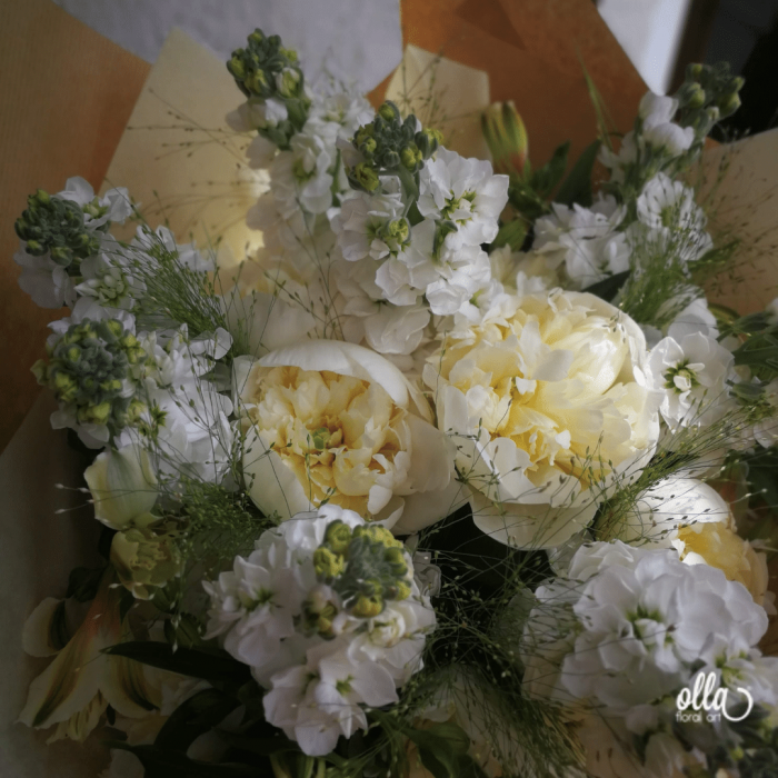 Emotie Pura, buchet de flori Olla, din Bujori albi, Matthiola alba si Alstroemeria alba [2]