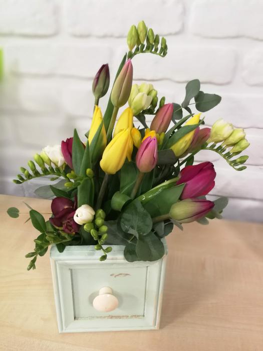 Sertar infloritor vintage aranjament floral de primavara cu lalele si frezii 0