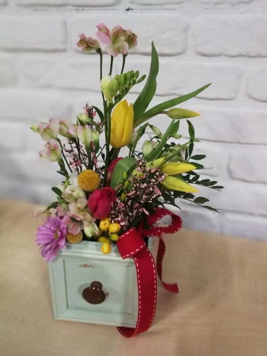 Sertar infloritor vintage aranjament floral de primavara cu lalele si frezii 1