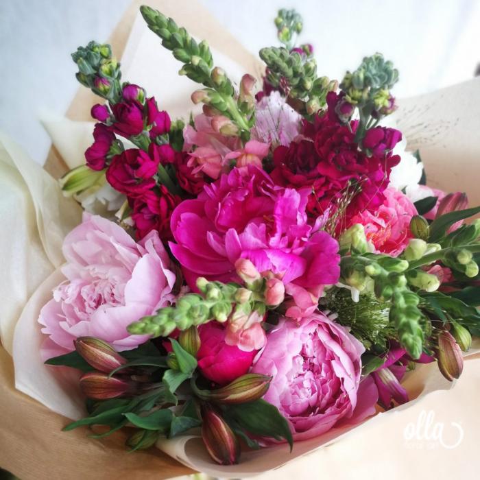 Nebun de Roz, buchet de flori Olla, din bujori roz, matthiola, gura, leului si alstroemeria 0