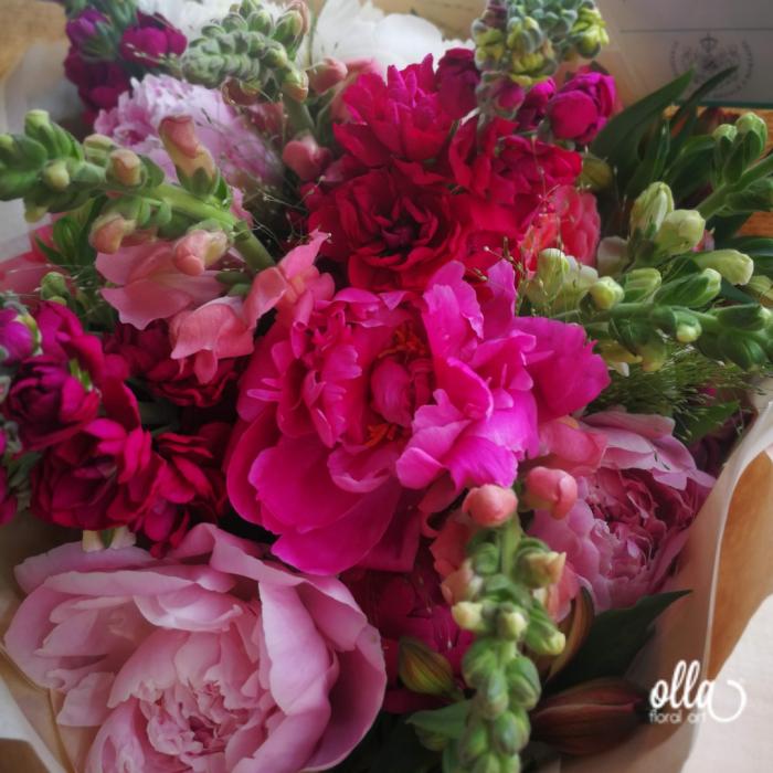 Nebun de Roz, buchet de flori Olla, din bujori roz, matthiola, gura, leului si alstroemeria 2
